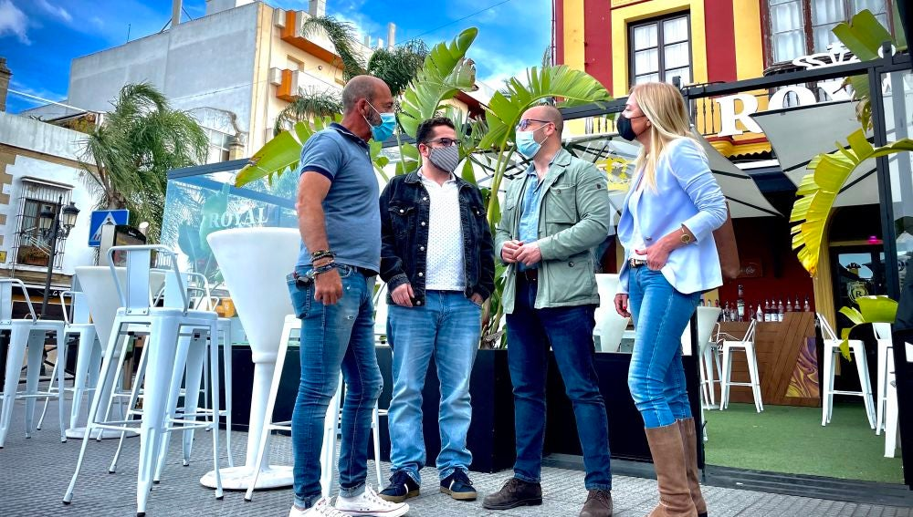 El alcalde, Germán Beardo, visitando un negocio de hostelería
