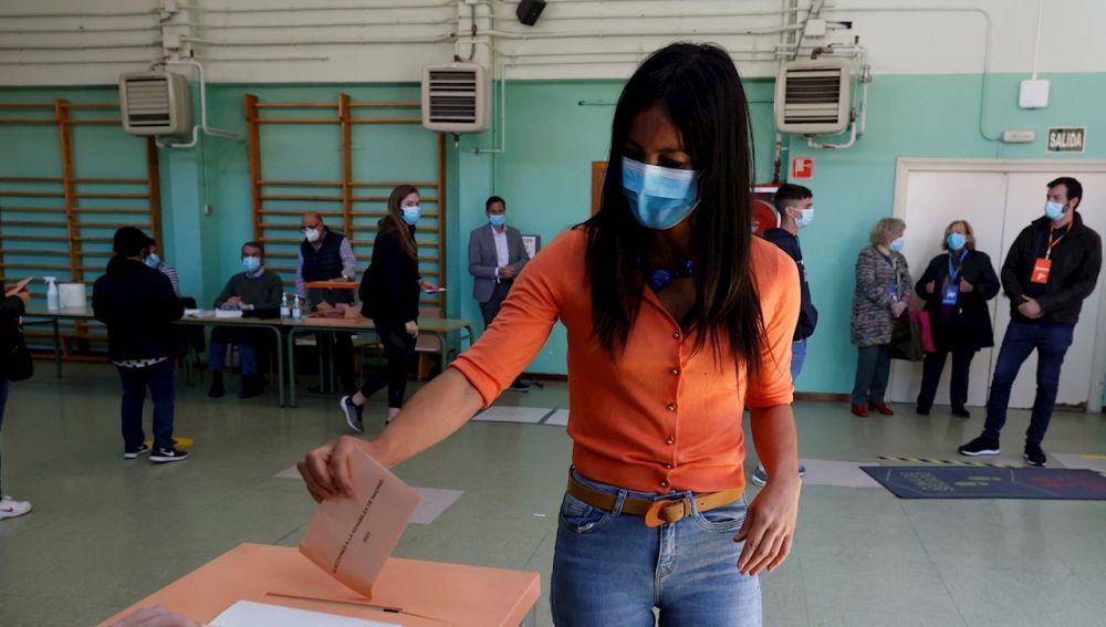 La vicealcaldesa de Madrid y portavoz de Ciudadanos, Begoña Villacís, vota para las elecciones autonómicas en el colegio Asunción Rincón, en Chamberí