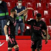 Benzemá y Rodrygo celebran el segundo gol del Real Madrid en Los Cármenes