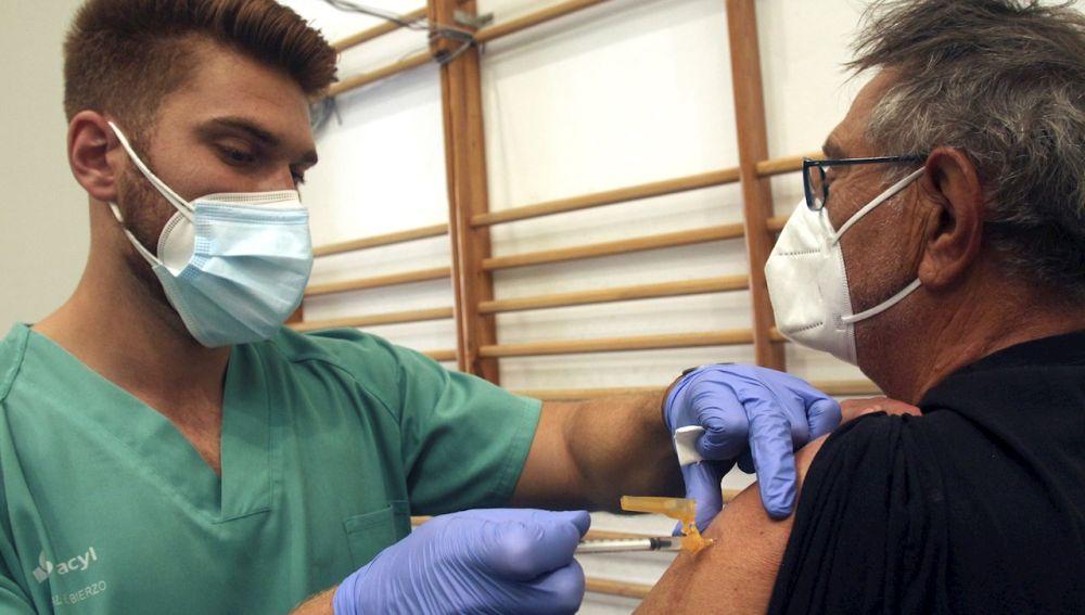 Personal sanitario administra la vacuna contra la covid-19