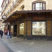 La inspección urbanística constata el expolio de elementos catalogados de la fachada.