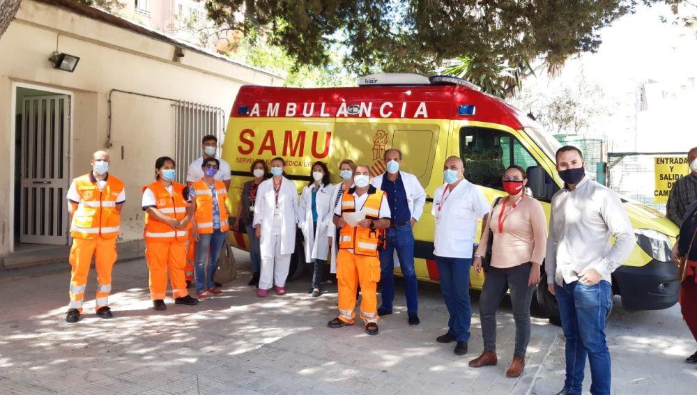 Rafa Mas junto a los trabajadores del CICU-Alicante