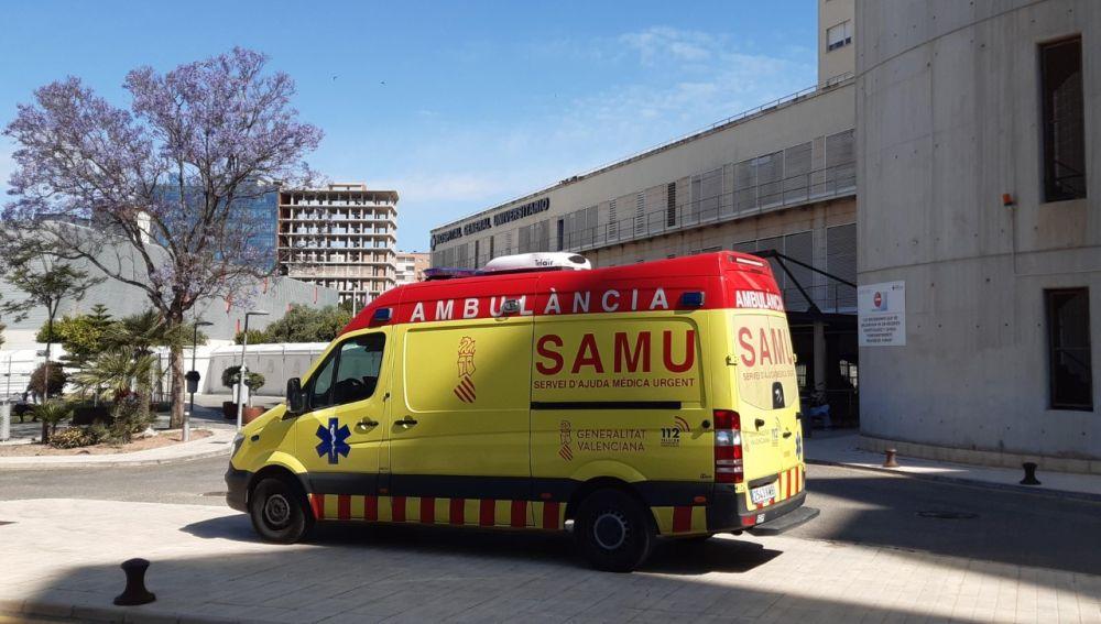 Una unidad del SAMU en el Hospital General de Alicante
