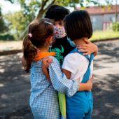 Un grupo de niños en el patio de un colegio