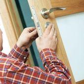 Un cerrajero trabajando en una puerta
