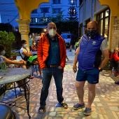 Sebas Álvaro junto a Junito Oiarzabal en su hotel en Nepal