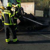 Bomberos de Cádiz actuando sofocando la quema de contenedores en La Línea