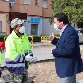 Pablo Camacho se interesa por los trabajadores del plan de empleo municipal