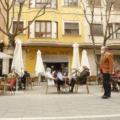 Varias personas llenan las terrazas de bares y restaurantes de Palma, como en esta cafetería de la calle Blanquerna