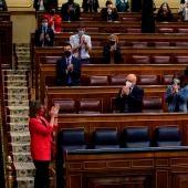 Diputados socialistas aplauden a la ministra de Transición Ecológica, Teresa Ribera, en el Congreso de los Diputados.