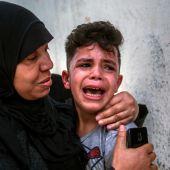Una madre consuela a un niño asustado en Gaza