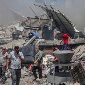 Palestinos inspeccionan las ruinas de sus hogares destruidos en Gaza.