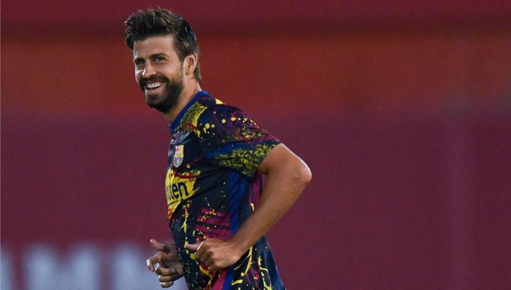 Gerard Piqué sonríe en un entrenamiento con el Barça.