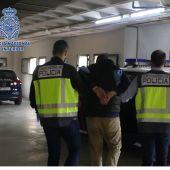 Agentes de la Policía Nacional con el detenido.