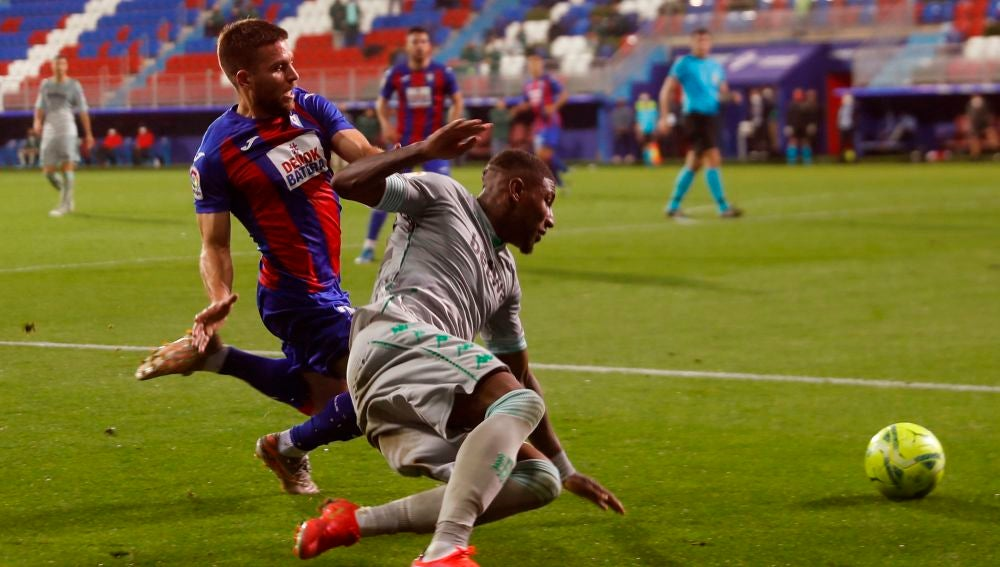 Emerson lucha por un balón con Kevin Rodrigues.