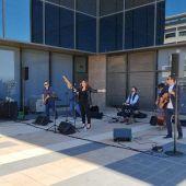 El doctor y su grupo Dique Sur presentaron el sencillo en directo en un concierto acústico celebrado en el Hospital por el Día de la Enfermería