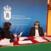 José Ramos, presidente de la Asociación de Empresarios de Playa de Almería, con Esther Eiros en Gente Viajera