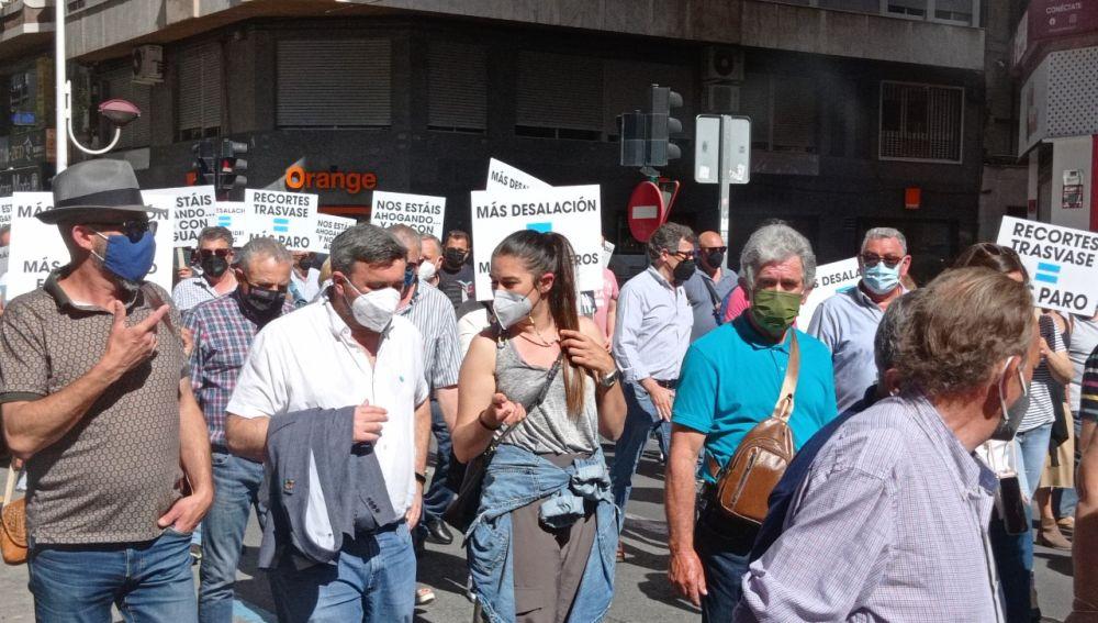 La consellera de Agricultura y el alcalde de Crevillent en la manifestación de regantes en Elche.