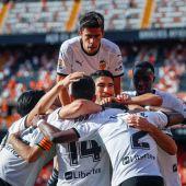 El Valencia disfruta con su afición y manda a Segunda al Eibar