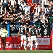 Varios futbolistas del Badajoz celebran un gol ante su afición.