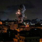 Un cohete impacta contra un edificio en la Franja de Gaza.
