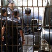 El presunto autor custodiado por los agentes