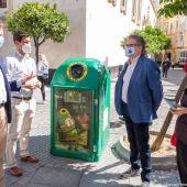 Un 'ejercito de Calvichi's' custodian los contenedores de vidrio del centro de Cádiz