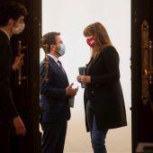 El vicepresidente del Govern en funciones, Pere Aragonès (i) conversa con la presidenta del Parlament, Laura Borràs