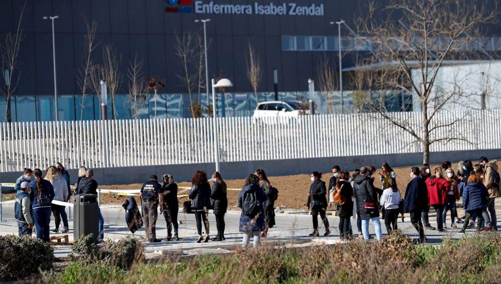 Varias personas esperan a las afueras del Hospital de Emergencias Enfermera Isabel Zendal de Madrid, para ser vacunadas