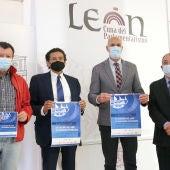El alcalde de León José Antonio Diez acompañado del neurocirujano José García Cosamalón, el profesor Elías Rodriguez Ferri y el doctor Francisco Jorquera en la presentación del simposio 'La calidad del aire en espacios interiores'
