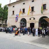 Numerosas autoridades de Baleares en el minuto de silencio convocado en Sa Pobla, en repulsa por el asesinato de una mujer embarazada y su hijo de siete años, en manos de su ex pareja sentimental.