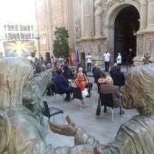 Celebración en la puerta central de Santa María