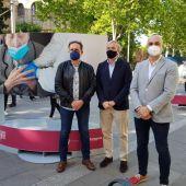 El alcalde de Zaragoza, Jorge Azcón, inauguró la exposición 'Yo lo vi' en la Gran Vía