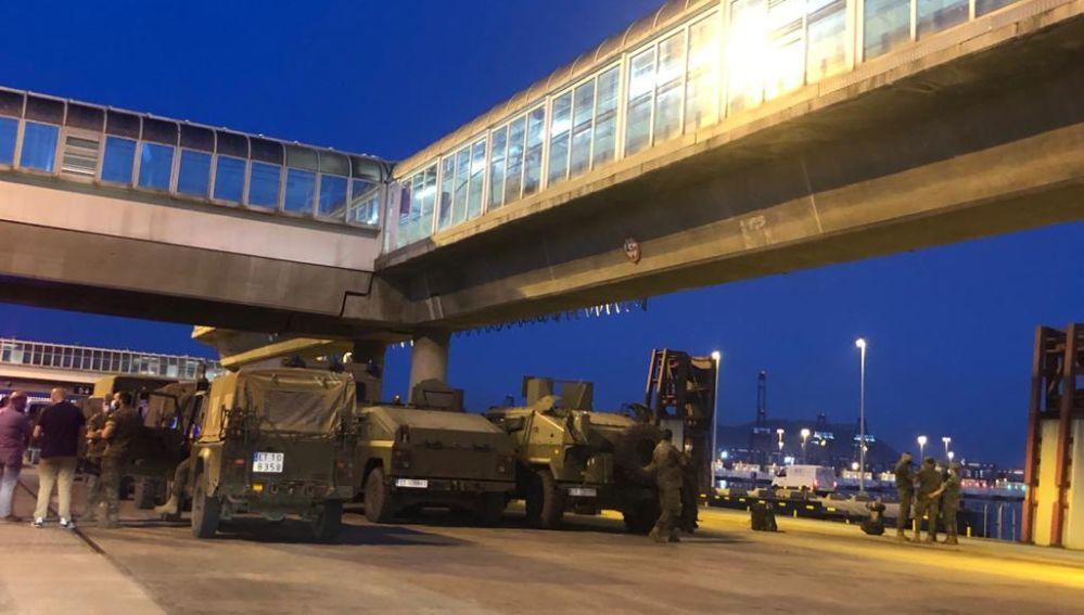 Decenas de militares esperan para embarcar rumbo a Ceuta