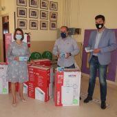La alcaldesa y el concejal de educación entregan los purificadores al director del Ensanche