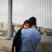 Una niña en brazos de su padre en la frontera con Ceuta
