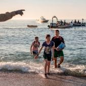 Un miembro del Ejército da instrucciones a migrantes llegados a Ceuta.