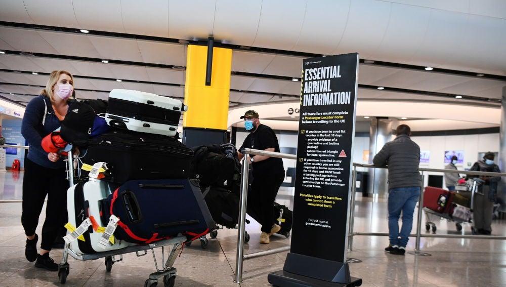 Viajeros llegan a un aeropuerto en Reino Unido.