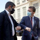 El coordinador nacional de ERC y candidato a la investidura, Pere Aragonès, y el secretario general de JxCat, Jordi Sanchez (i), tras anunciar el acuerdo.