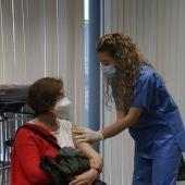 Una infermera vacuna amb AstraZeneca al punt habilitat a la Universitat de Barcelona