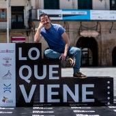 El director Borja de la Vega posa en el photocall oficial del festival 'Lo que viene' de Tudela
