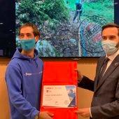 El Consejero de Turismo, Javier Hurtado entrega el premio a la mejor empresa Nacional