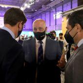 Antonio Ruiz conversa con el presidente y vicepresidente de la Junta de Andalucía