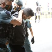 Varios agentes de Guardia Civil llevan al presunto asesino de una mujer de 26 años y su hijo de siete, para pasar a disposición judicial, en Inca.