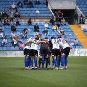 Los jugadores del Hércules hacen piña antes del partido ante el Lleida.