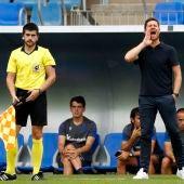 Xabi Alonso da instrucciones a sus jugadores en un partido de la Real Sociedad B.
