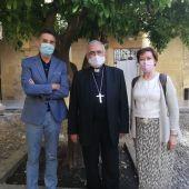 El Obispo de Córdoba, Demetrio Fernández, con el director de Atresmedia Radio en la provincia de Córdoba, Carlos Roca y la responable de informativos, María Luisa Hurtado