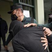 El presunto asesino de su expareja María Teresa Aladro Calvo, asesinada este jueves, a su llegada a los juzgados de Pola de Laviana