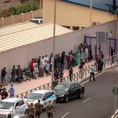 Varios migrantes esperan para pasar la frontera entre Ceuta y Marruecos voluntariamente