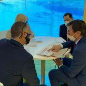 Responsables de las compañías aéreas con la directora de promoción de Menorca.